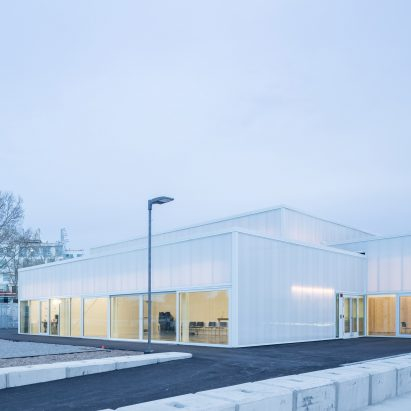 Five polycarbonate volumes form Harvard University's ArtLab by Barkow Leibinger