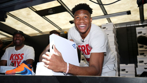 Giannis Antetokounmpo has rough go of hitting baseball off tee with New York Yankees (video)