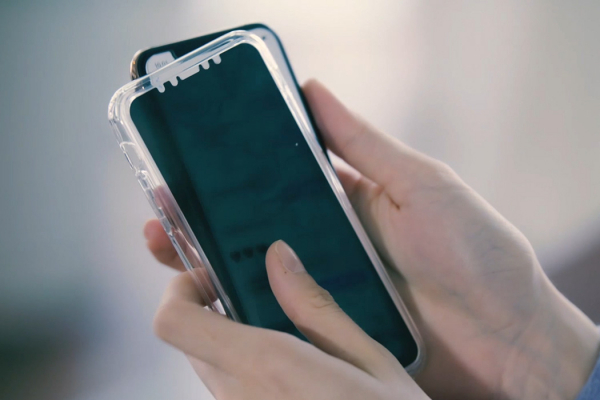 This 3 in 1 smartphone case protects your privacy while protecting your screen