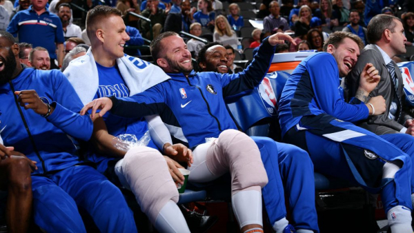 J.J. Barea pretends to check in, sends Mavericks into fits of laughter (video)