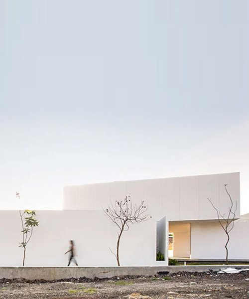 jaime juárez builds residence in mexico with stacked volumes + white cladding