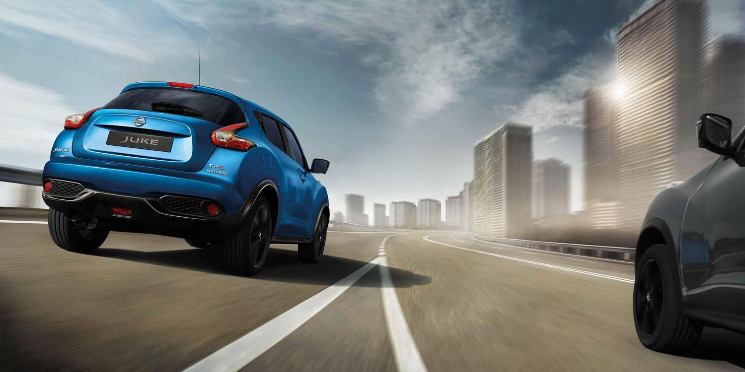 Nissan JUKE Ti-S merging onto urban highway