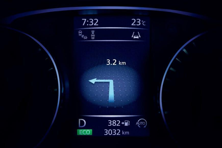 Qashqai_Nissan Advanced Display with turn by turn navigation on screen