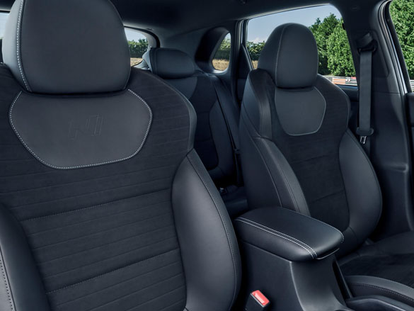 Sports front seats<sup>[P4]</sup>.