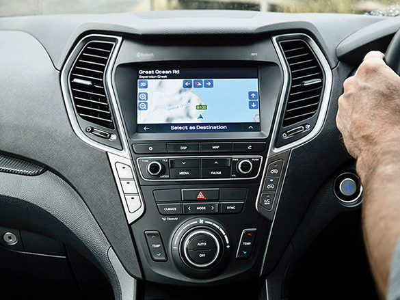 Touchscreen multimedia screen with satellite navigation.