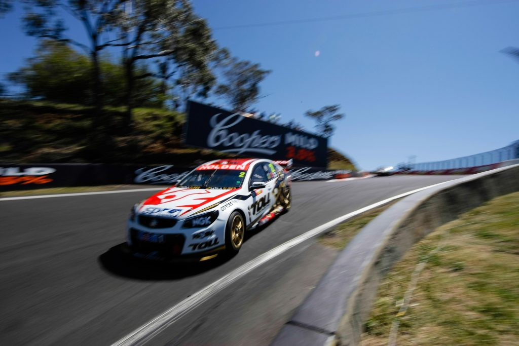 v8 supercar drifting at the bathurst 100