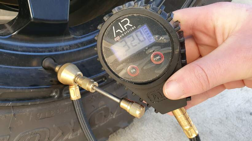 Rapid air deflator showing 32 psi of pressure in tyre