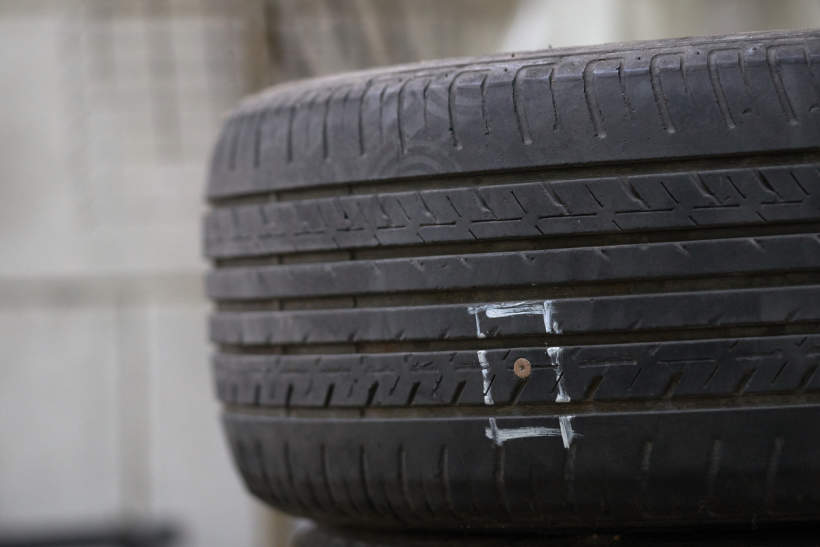 Tyre with a screw puncturing the tread