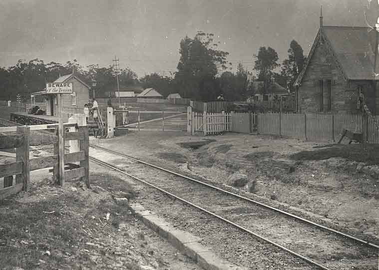[Valley Heights Railway Station (NSW) - level crossing and gatehouse]