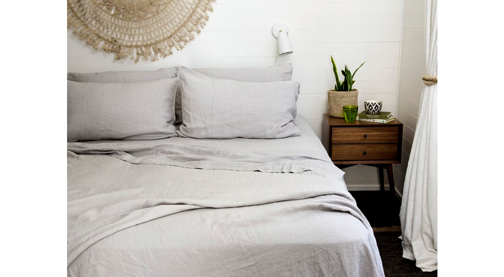 I love linen bedroom decorating and design