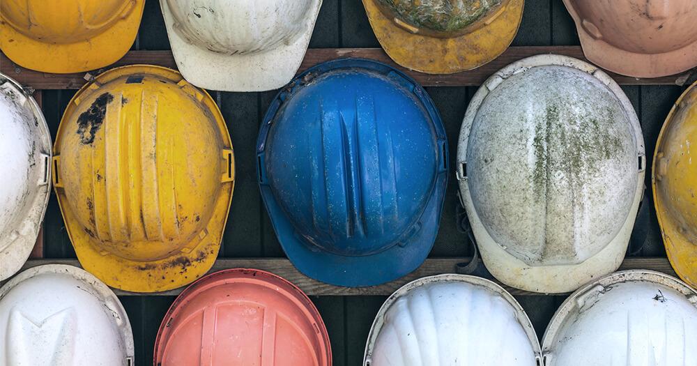Разноцветные строительные шапки