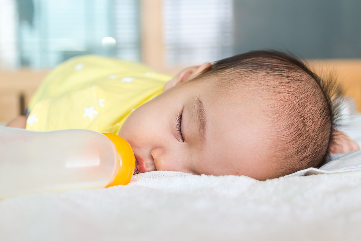 When Can A Baby Hold Bottle: 6 Easy Tips To Help With It ...