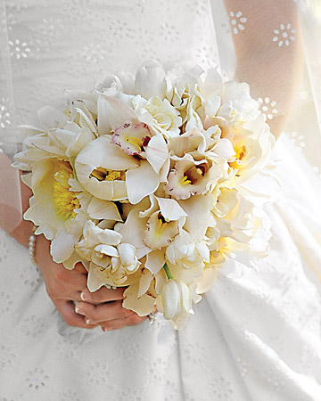 mws1544 fal08 rhap bouq xl White Wedding Flowers