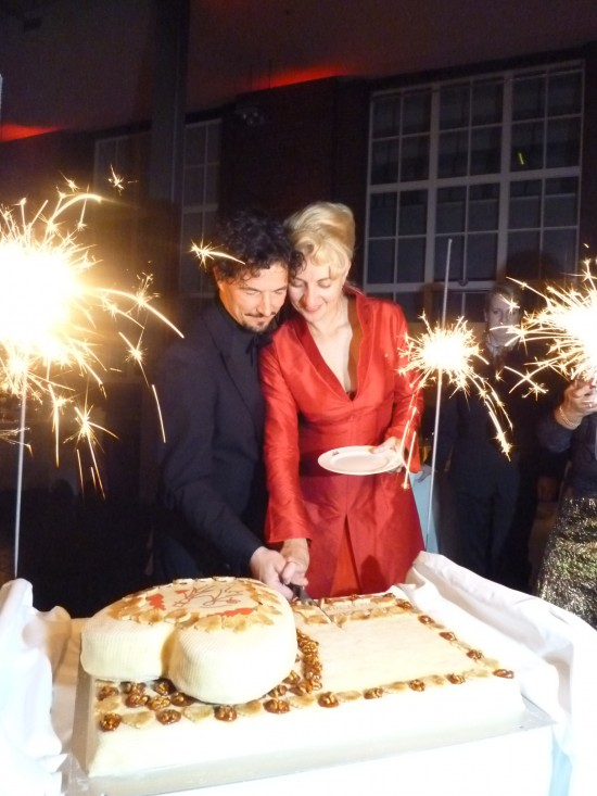P1130114 550x733 Red and White Hamburg Germany Wedding