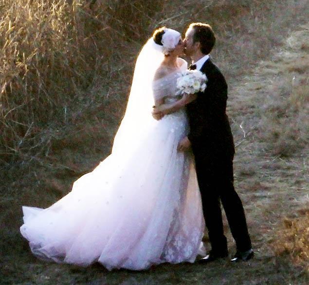 anne-hathaway-wedding