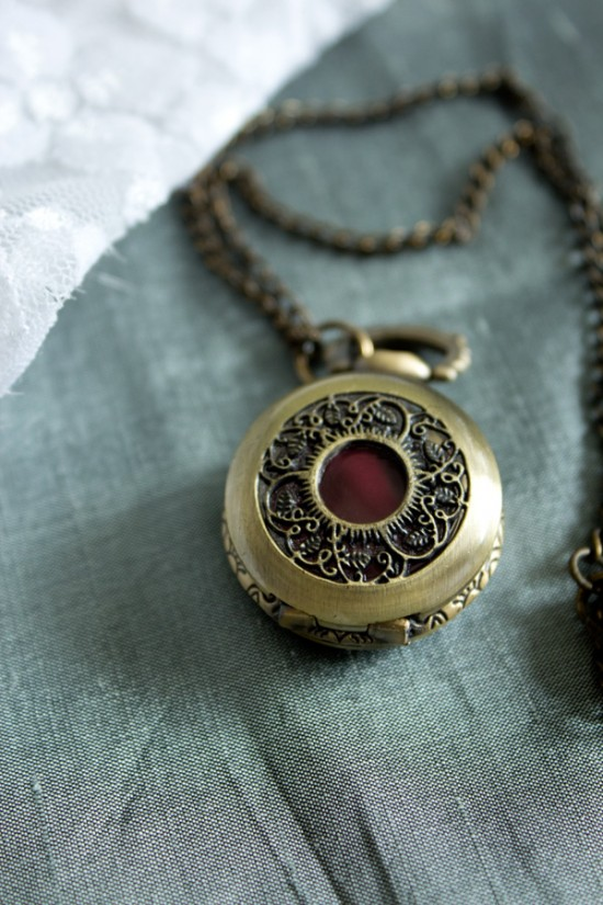 Steampunk pocketwatch DIY lipgloss