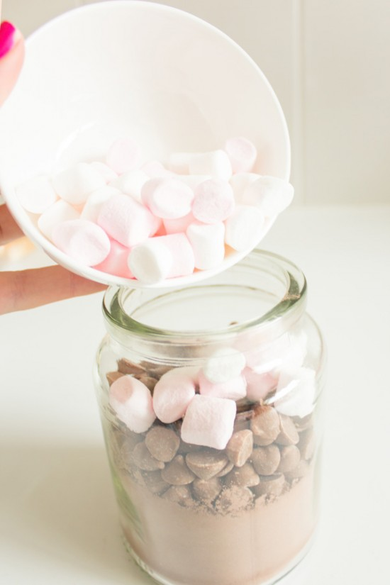 Hot chcocolate jar tutorial 550x825 Hot chocolate jars (+ free printable label) DIY Tutorial