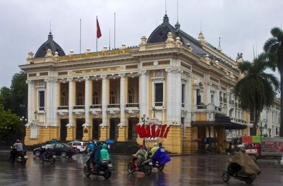 Hanoi Opera House Dreamstime 550x363 Why Honeymoon in Vietnam?