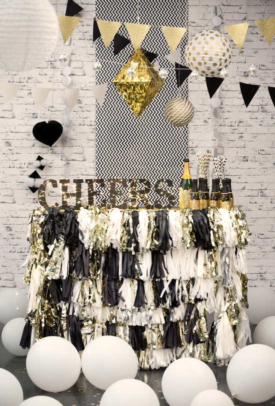 gold and black party0001 Fun Party Decor From Typo