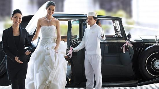 Peninsula-Pageboy-with-bride
