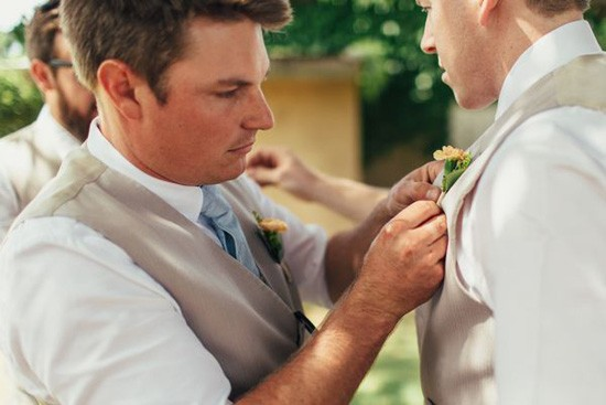 Pinning on the grooms boutonerrie