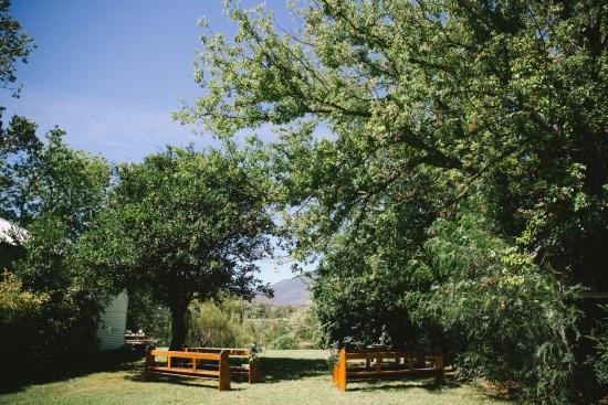 outdoor-ceremony-pews