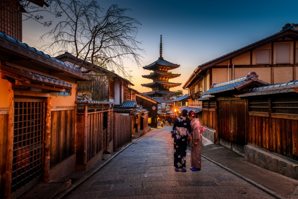 Kyoto is a beautiful city you need to experience immediately. Image via Sorasak.