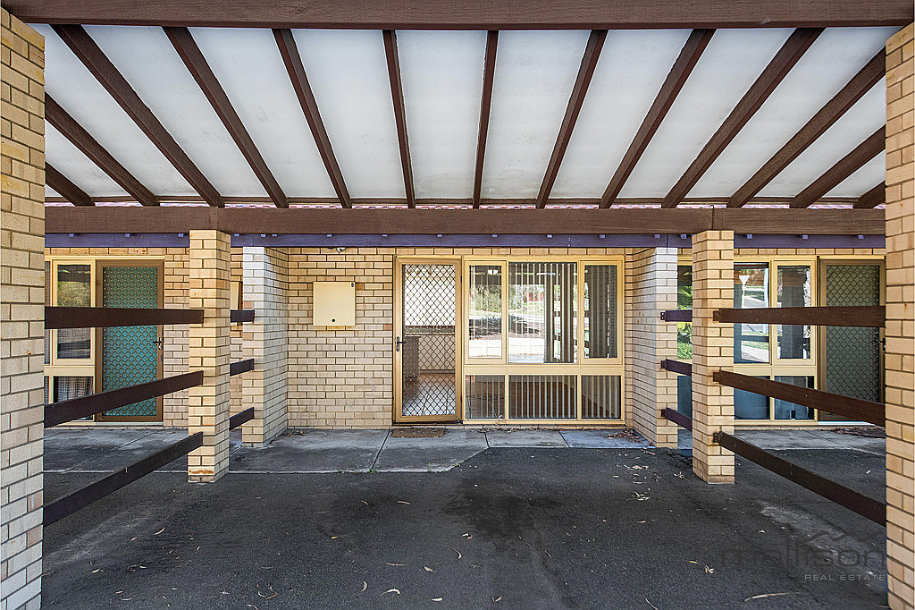 You must view this newly renovated unit   Close to Fremantle & transport