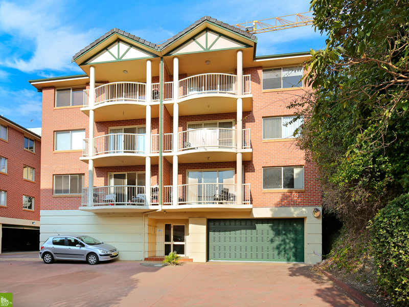 Conveniently Located Top Floor Apartment