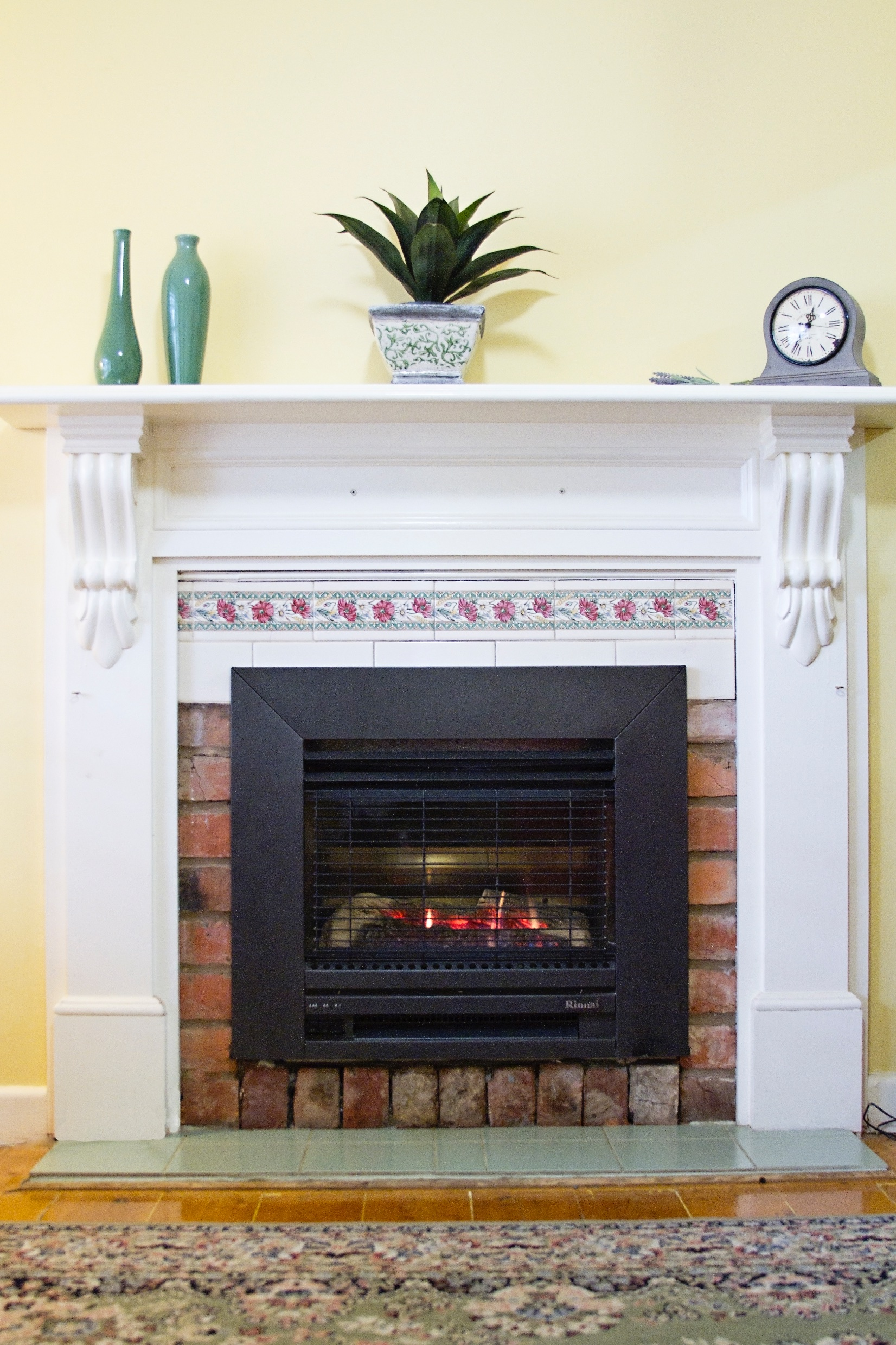 Loungeroom Gas Log Fireplace - Paringa Cottage, Ec gallery image