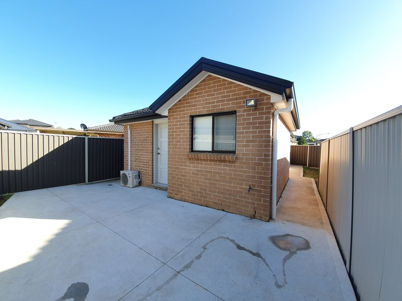25A Yeronga Cl, St Johns Park NSW 2176-1