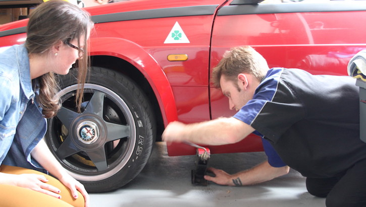 How to change a tyre: Jack the vehicle 1