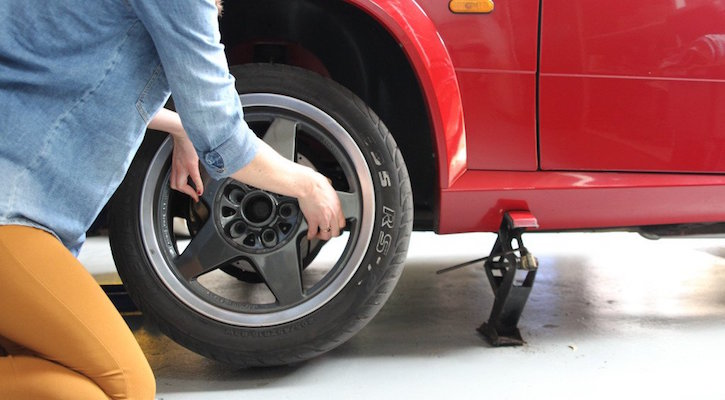 How to change a tyre: remove the wheel 1