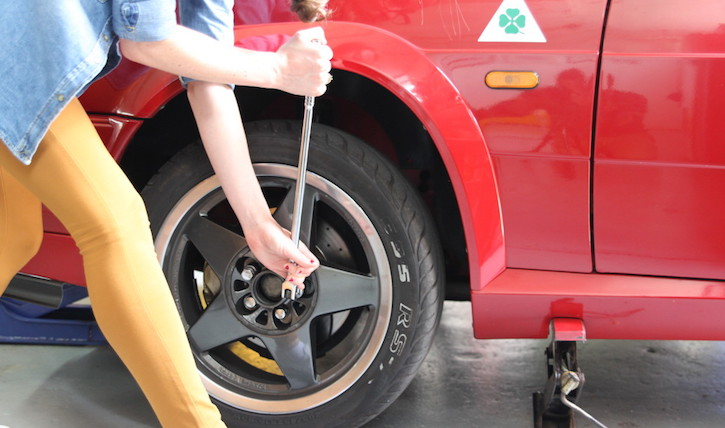 How to change a tyre: tightening the wheel