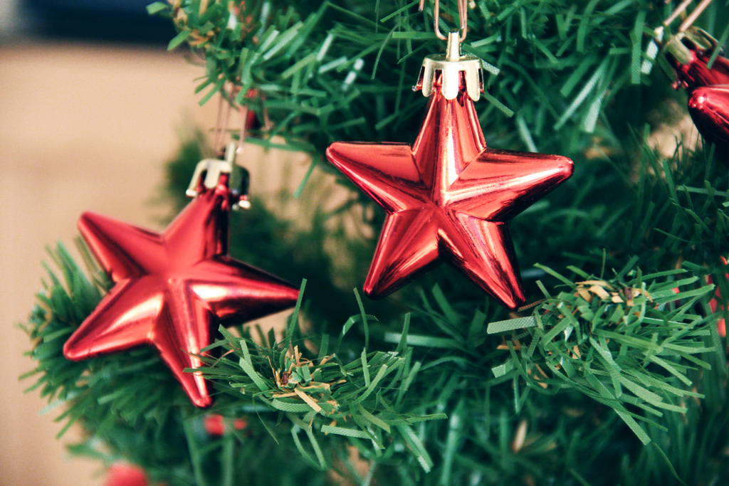 if you love decorating at christmas but the thought of fitting a 6 tree into your rental property is less than fantastic these ideas for decorating with