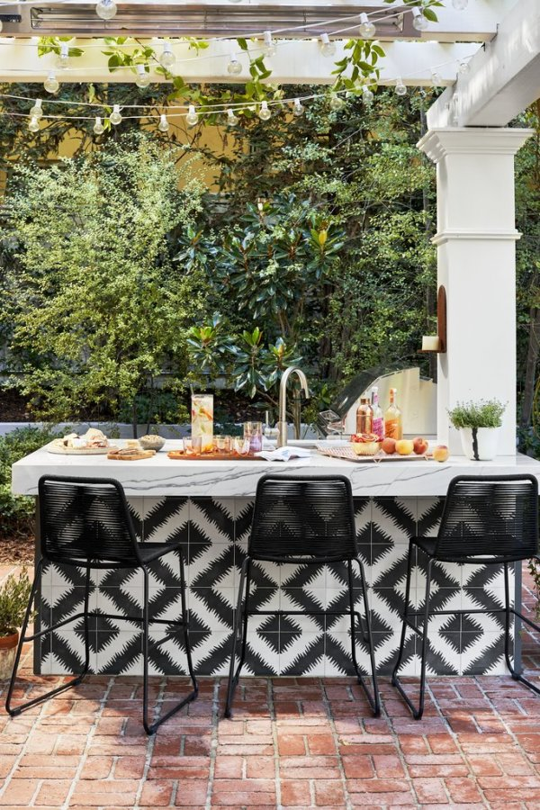 The gorgeous outdoor area mimics the kitchen inside. Image: Better Homes & Gardens / Justin Coit