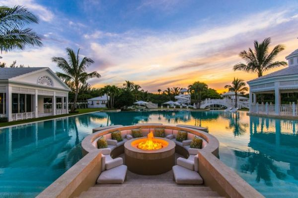 Celine DIon's pool has a FIREPIT in it!! Image: Sotheby's Real Estate