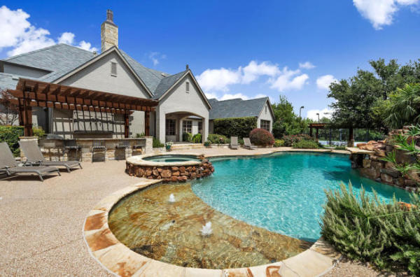 We could see ourselves having a Pina Colada or two at Selena Gomez's Texas pad.  Image: Sotheby's International Realty
