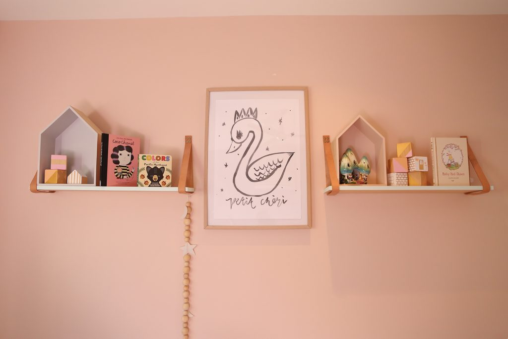 Schmooks swan artwork in pink bedroom