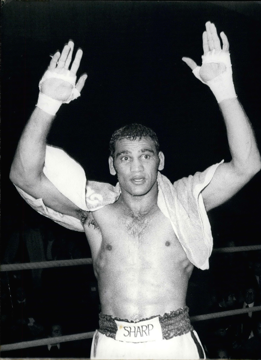 Australian Tony Mundine beat American Emile Griffith just in time in front of 4,000 spectators in Paris.
