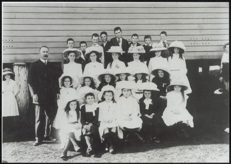 Kyogle Public School - John Fegan and some pupils [group photograph]