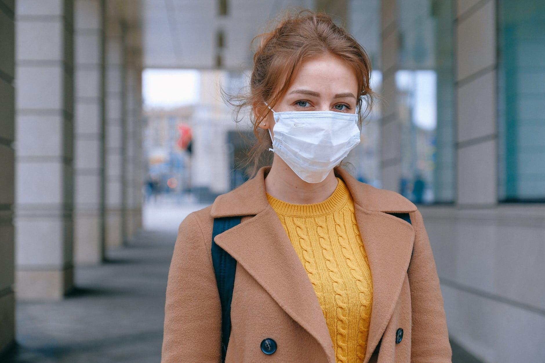 wanita yang memakai masker wajah