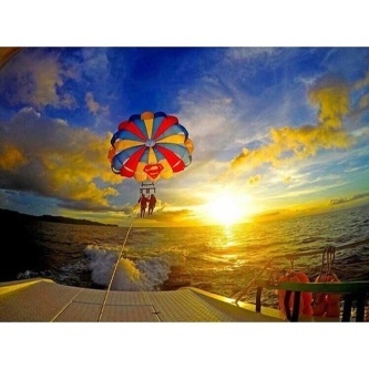 Do you know what else is fun to do on this island apart from lazing all day on its powdery white sand? Parasailing whilst enjoying the breathtaking sunset. 😎🎈😍👍 Photo @aiandeleon
