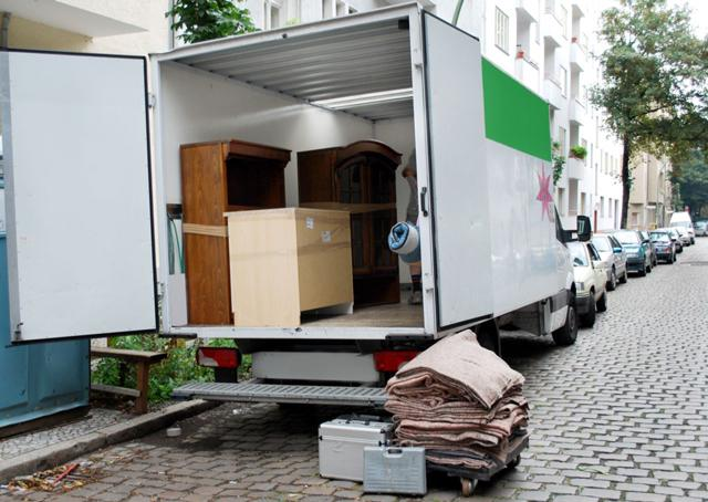 150402-Packed-moving-truck-with-furniture-on-busy-city-street-in-front-of-apartment-condo-complex_5423388_xl