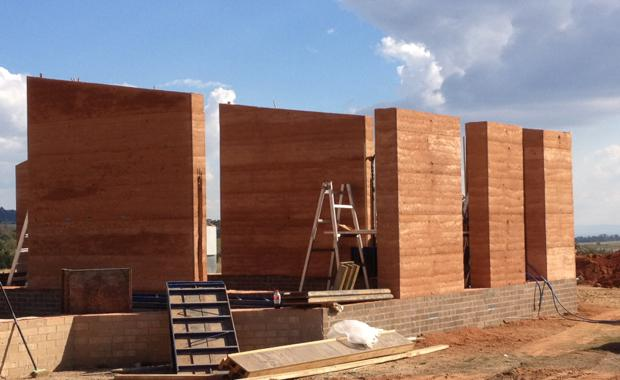 151109-rammed-earth-construction_620x380