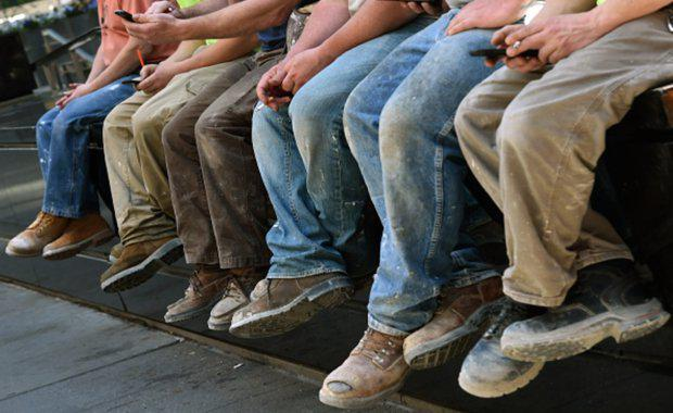 Construction-workers-on-break-legs-feet_620x380