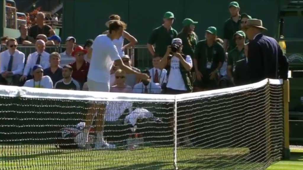 Medvedev throws coins at umpire after loss at Wimbledon