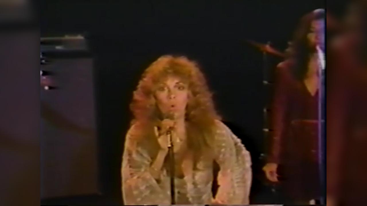 Stevie Nicks sings Edge of Seventeen