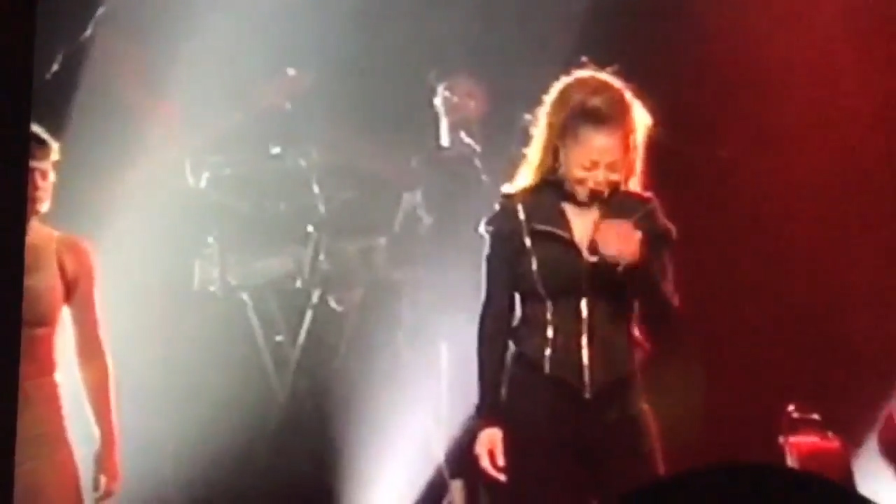 Janet Jackson breaks down in tears on stage