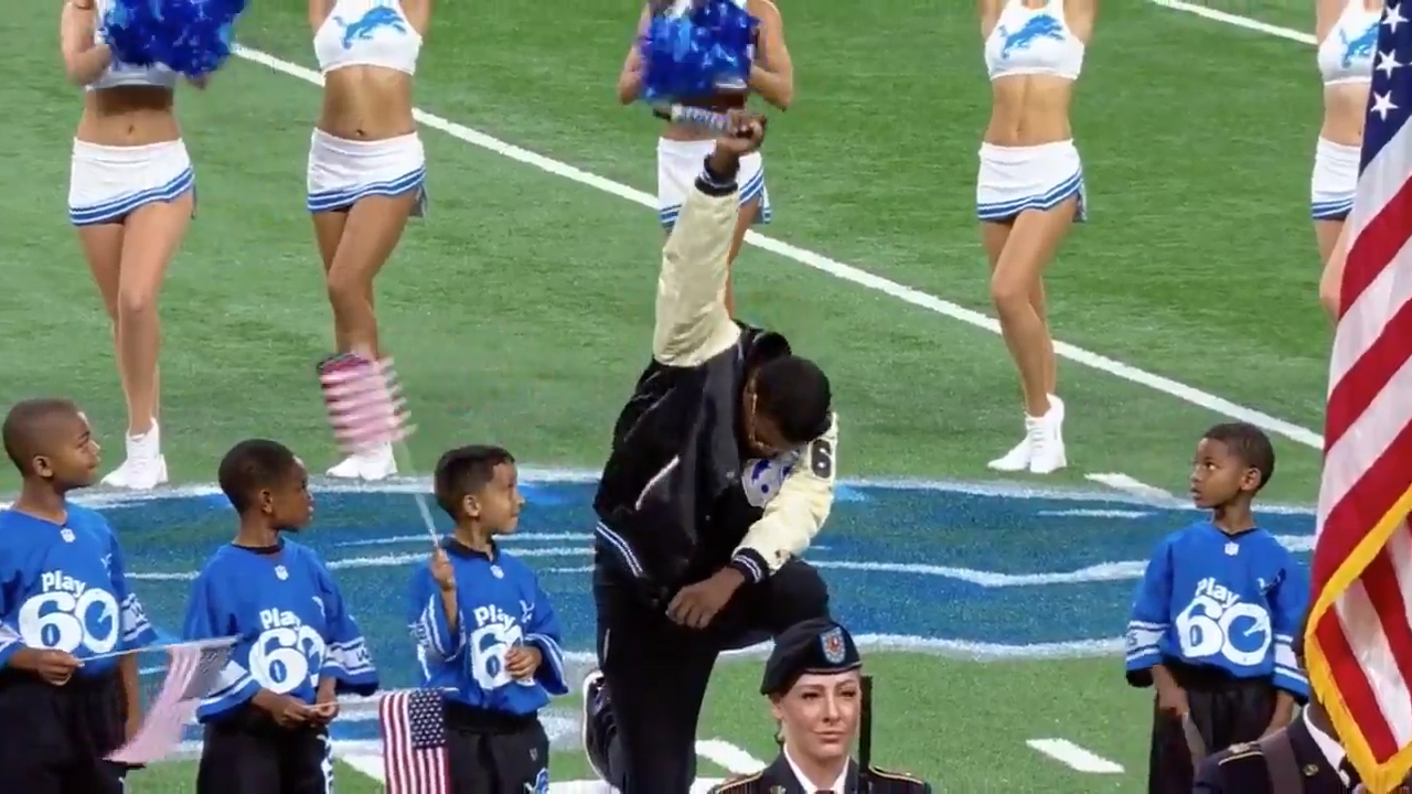 Performer of the US national anthem takes the knee